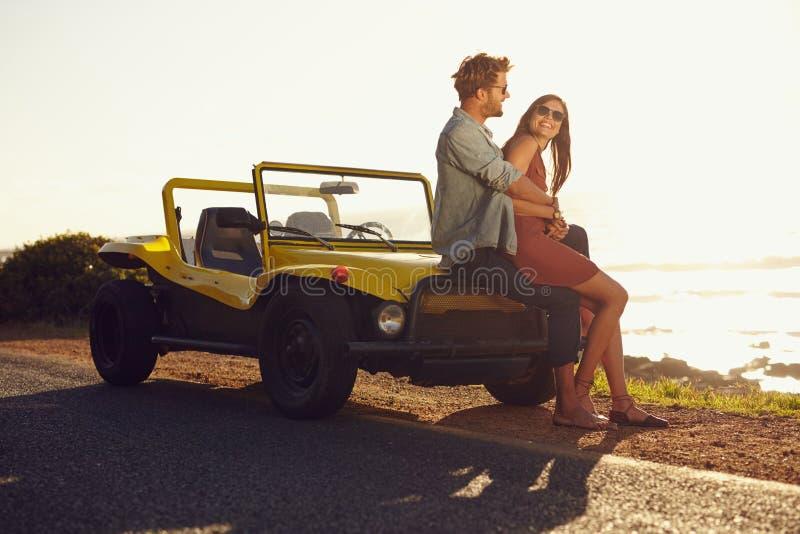 Jeunes couples détendant ensemble sur leur voyage par la route images libres de droits