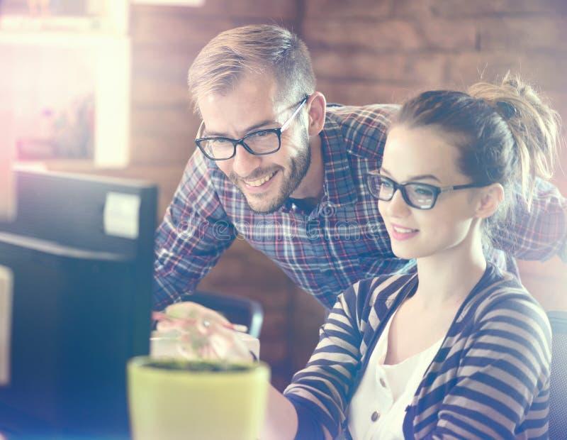 Jeunes couples d'affaires dans le bureau photo libre de droits