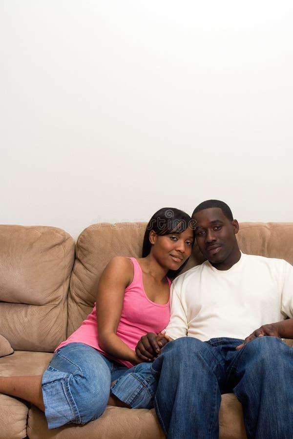Jeunes couples d'Afro-américain dans leur salle de séjour photos stock