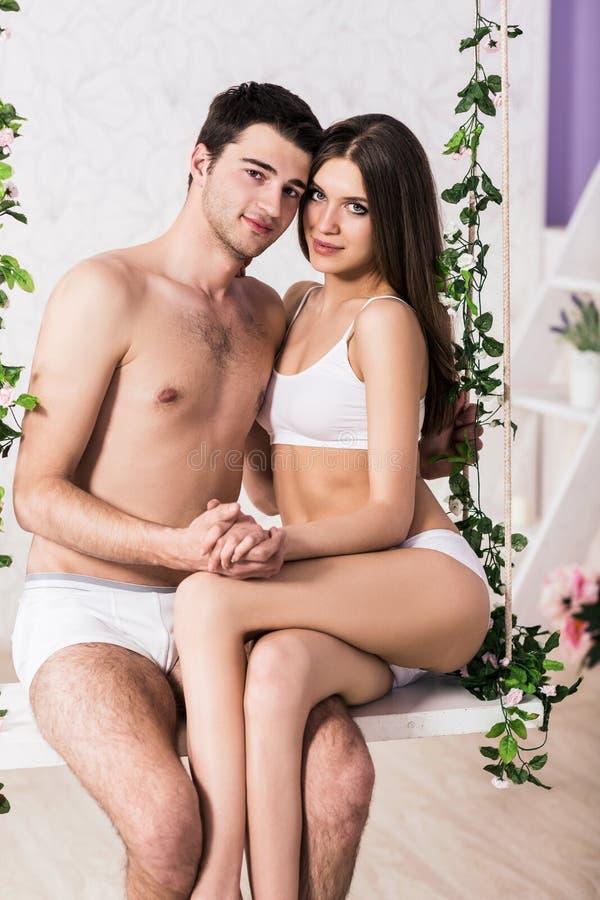 Jeunes couples d'amour se reposant sur l'oscillation photos libres de droits