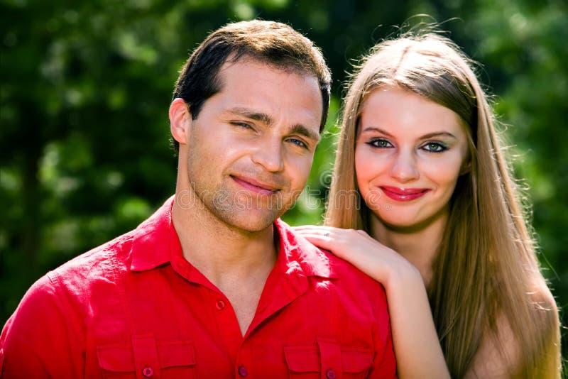 Jeunes couples d'amour souriant à l'extérieur photographie stock libre de droits