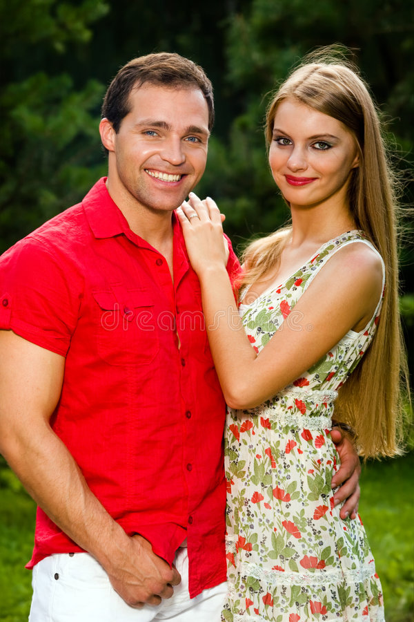 Jeunes couples d'amour souriant à l'extérieur photos libres de droits
