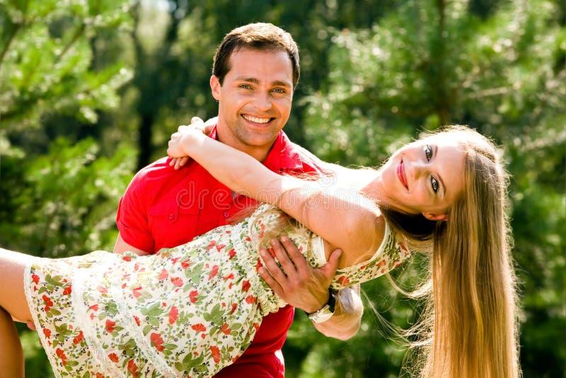Jeunes couples d'amour souriant à l'extérieur photo stock