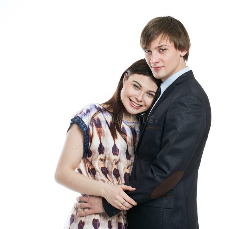 Jeunes couples d'isolement sur l'embrassement blanc de fond photo libre de droits