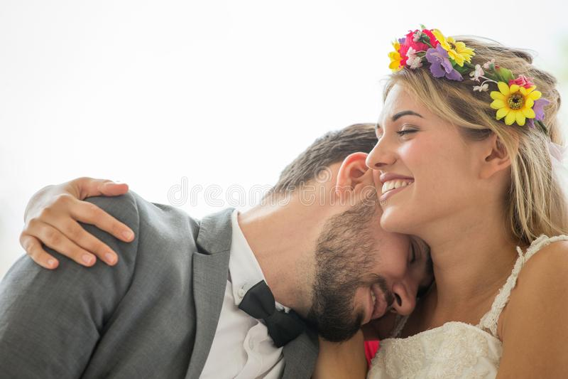 jeunes couples dans des jeunes mariés de mariage d'amour embrassant ensemble sur le fond blanc newlyweds Verticale de plan rappro image stock