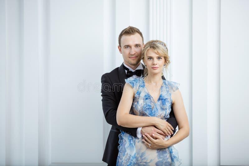 Jeunes couples dans des vêtements à la mode de luxe photo stock