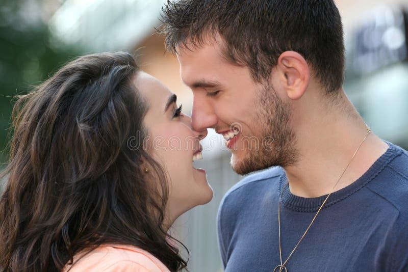 Jeunes couples dans l'amour, à l'extérieur photos stock