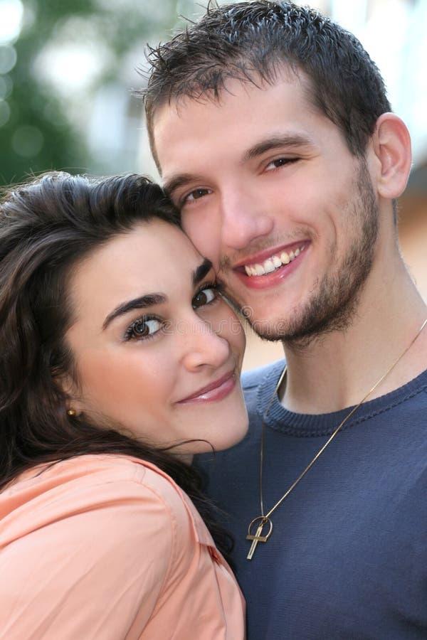 Jeunes couples dans l'amour, à l'extérieur photo libre de droits