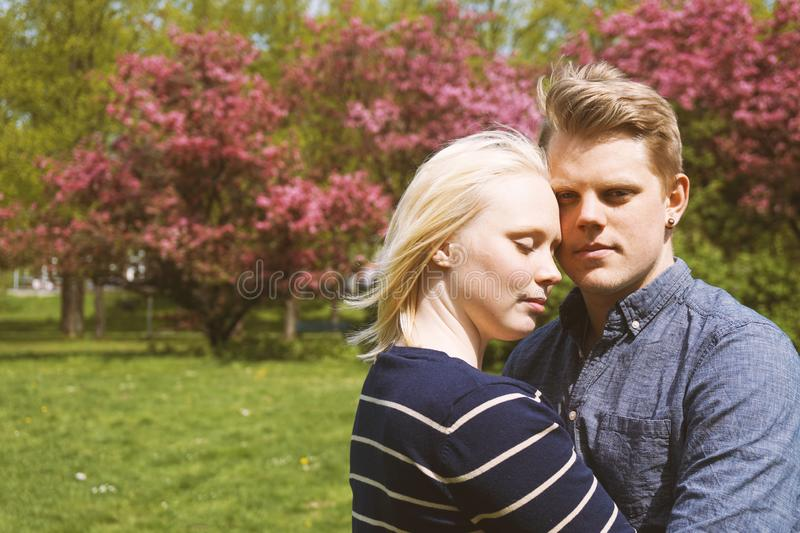 Jeunes couples dans l'amour étreignant en nature image libre de droits