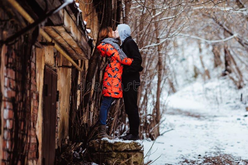 Jeunes couples dans l'amour, étreignant dans la vieille partie de la ville images stock