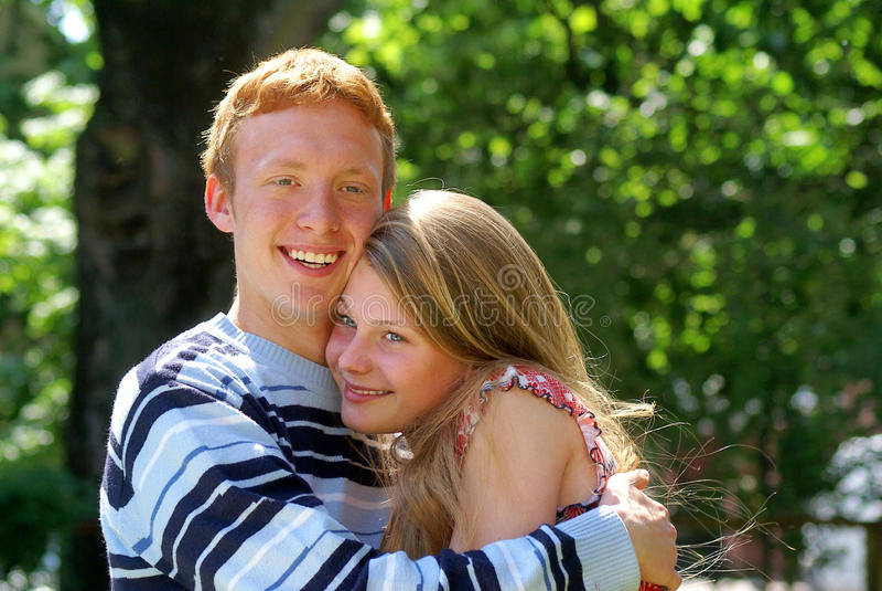 Jeunes couples dans l'amour image stock