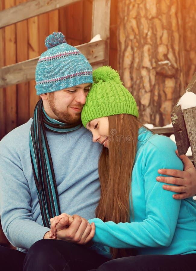 Jeunes couples dans l'amour photos libres de droits