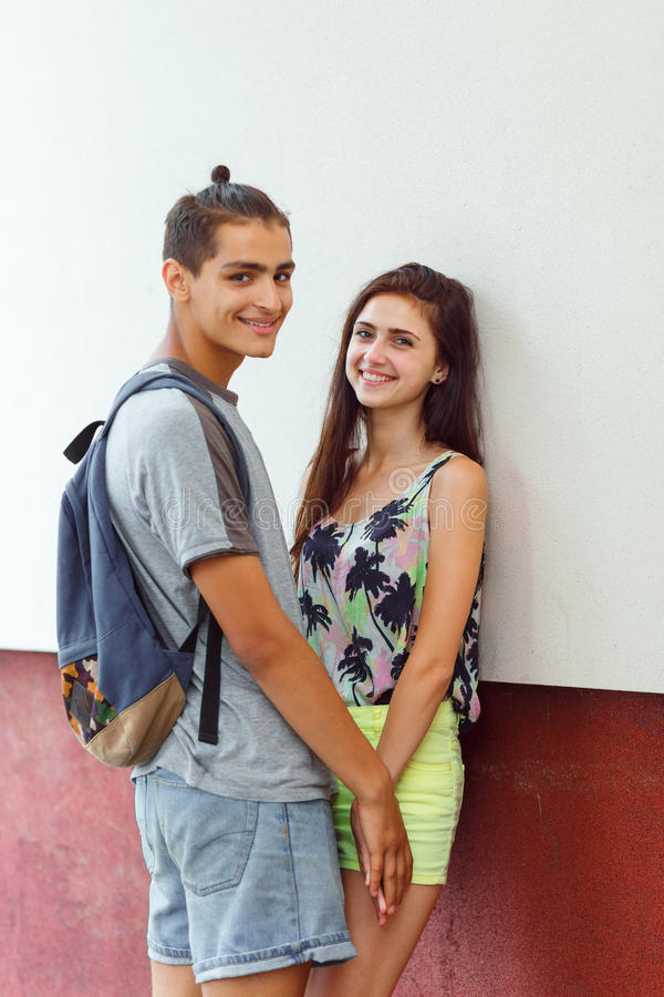 Jeunes couples dans l'amour photographie stock