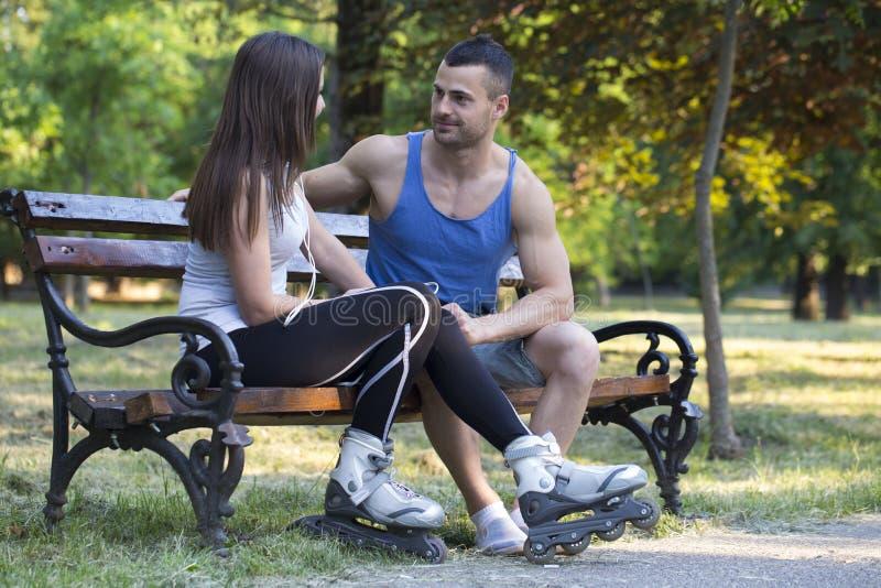 Jeunes couples dans l'amour appréciant en parc photographie stock libre de droits