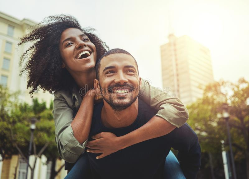Jeunes couples dans l'amour ayant l'amusement dans la ville photographie stock libre de droits