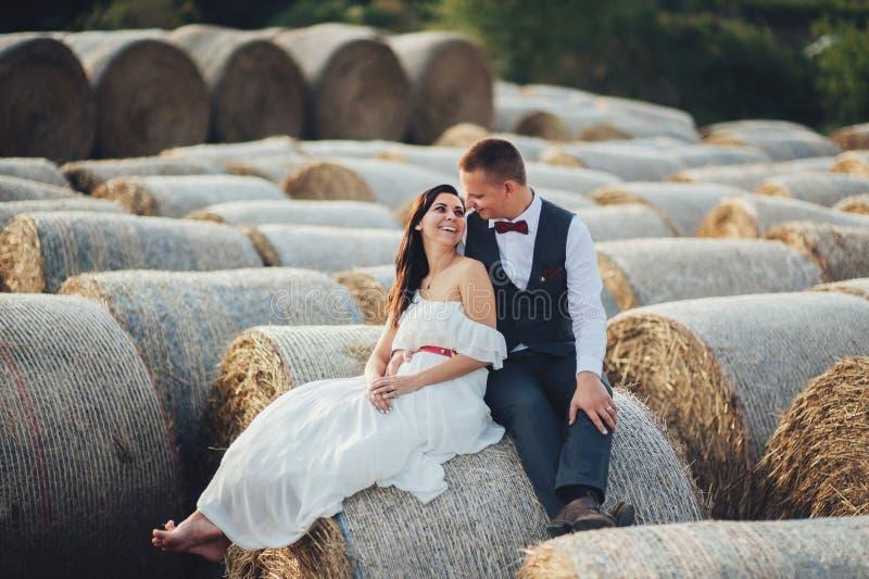 Jeunes couples dans l'amour dehors en Toscane images stock