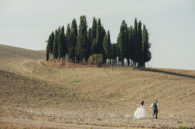 Jeunes couples dans l'amour dehors en Toscane photographie stock