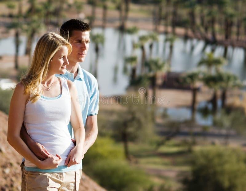 Jeunes couples dans l'amour et l'amusement de avoir photographie stock