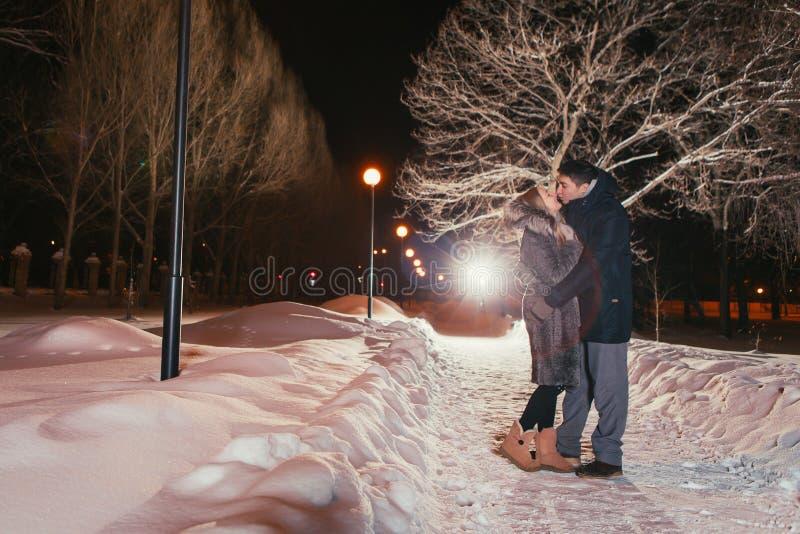 Jeunes couples dans l'amour extérieur photo stock