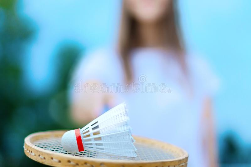 Jeunes couples dans l'amour jouant dans le badminton photo stock