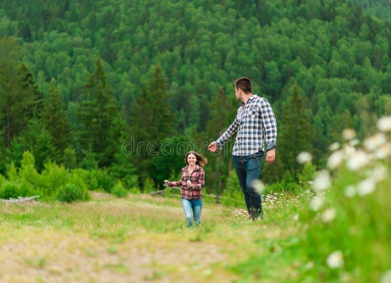 Jeunes couples dans l'amour marchant en montagnes photos libres de droits