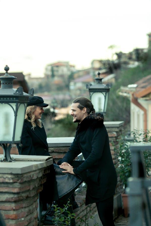 Jeunes couples dans l'amour, marchant dans la vieille partie de la ville image stock