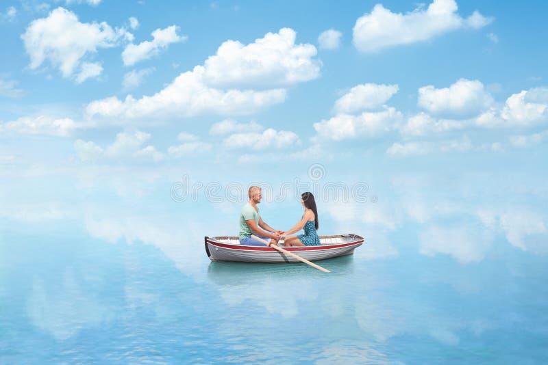 Jeunes couples dans l'amour sur le bateau photo libre de droits