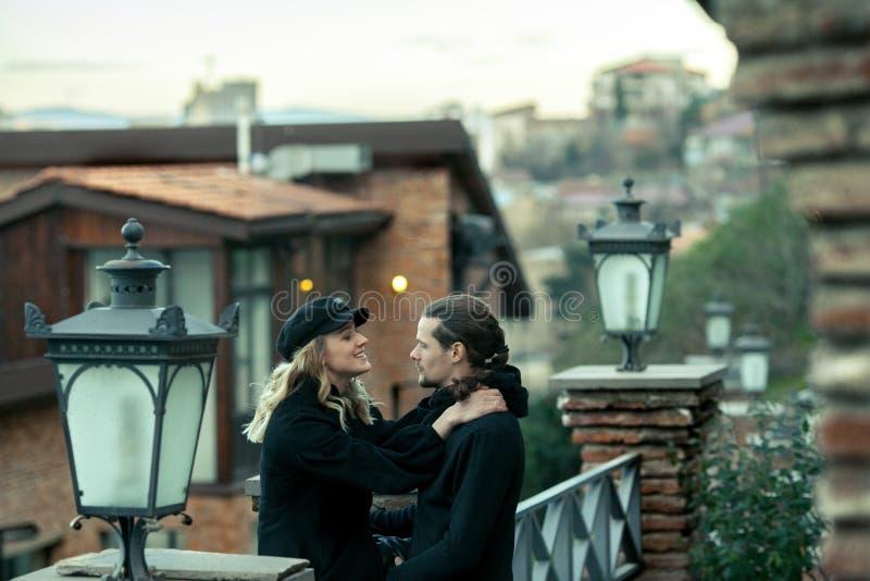 Jeunes couples dans l'amour, voyage dans la vieille partie de la ville image stock