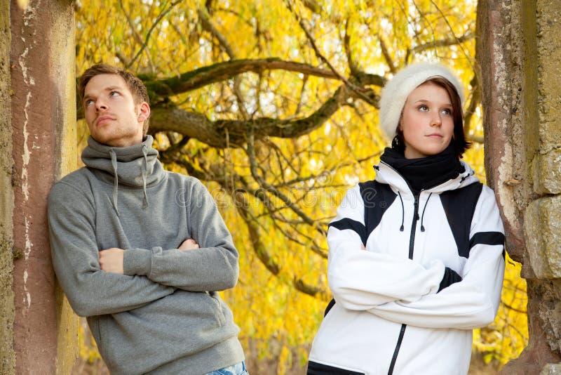 Jeunes couples dans l'ennui photographie stock
