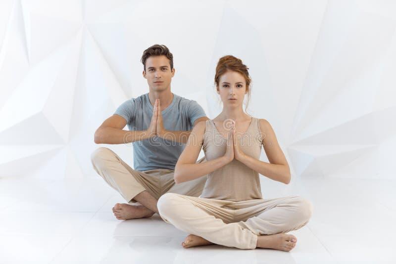 Jeunes couples dans la pose de yoga photos libres de droits