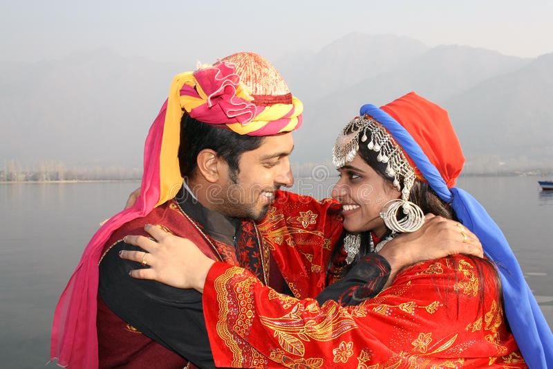 Jeunes couples dans la robe indienne traditionnelle photos stock