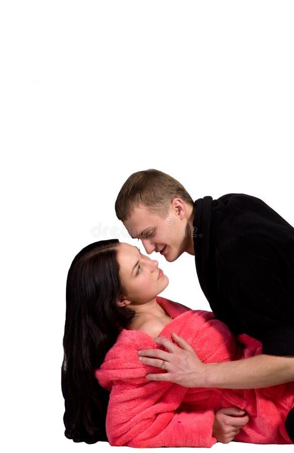 Jeunes couples dans la robe longue image stock