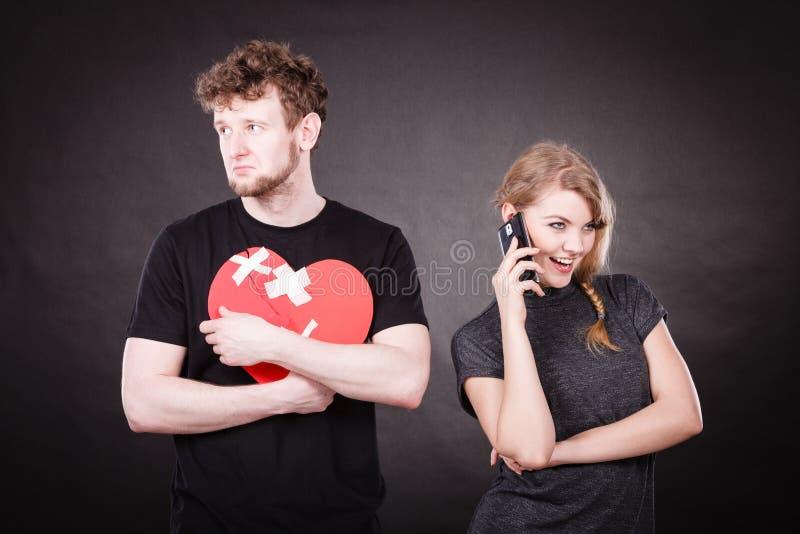Jeunes couples dans la séparation en raison de la trahison photos stock