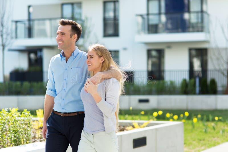 Jeunes couples dans la zone résidentielle moderne photos stock