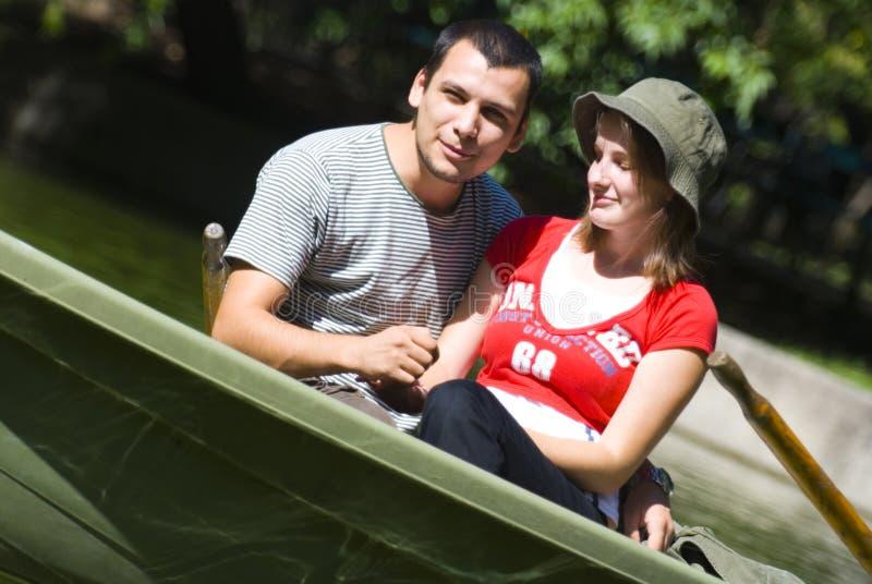 Jeunes couples dans le bateau à rames images libres de droits