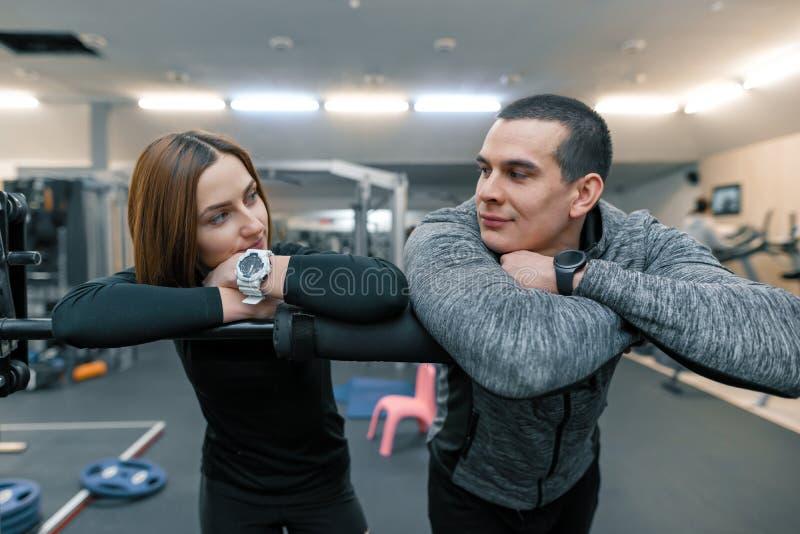 Jeunes couples dans le gymnase Mode de vie sain sportif, homme et femme parlant et souriant image libre de droits