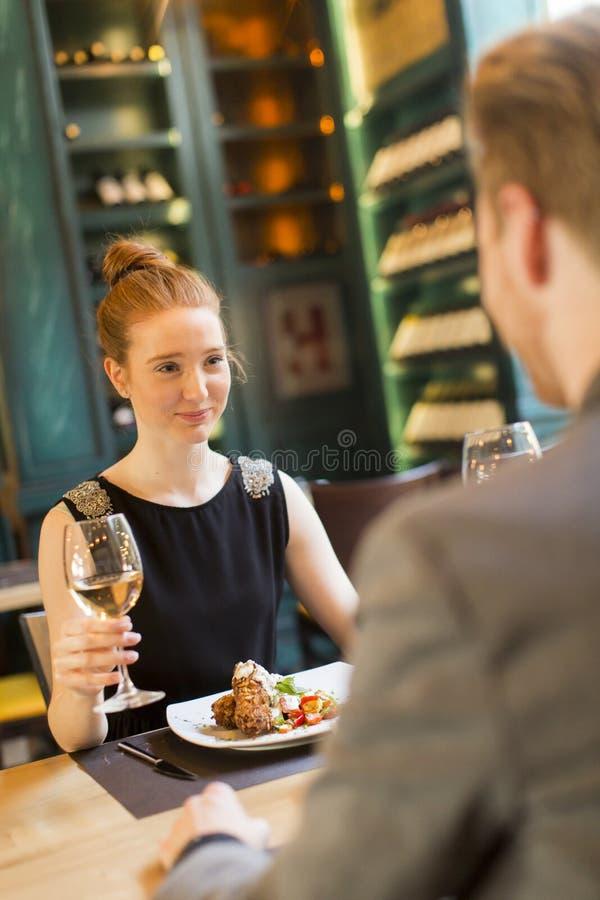Download Jeunes Couples Dans Le Restaurant Image stock - Image du hommes, ensemble: 77154193
