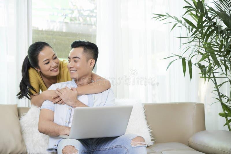 Jeunes couples dans le salon images libres de droits