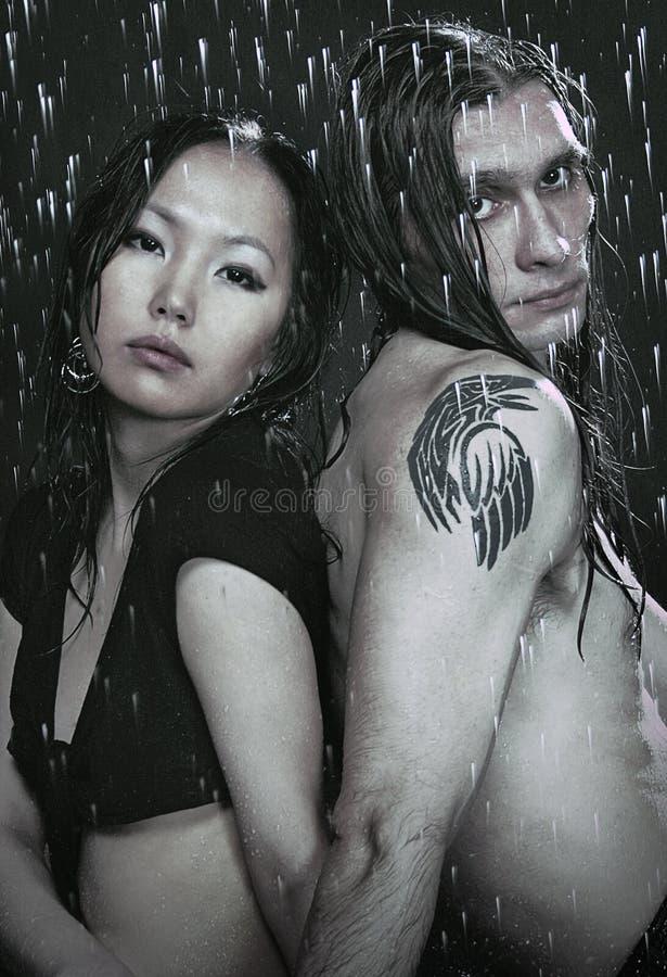 Jeunes couples dans le studio d'aqua image libre de droits
