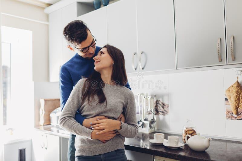 Jeunes couples dans le th? ?treignant et potable de cuisine images libres de droits
