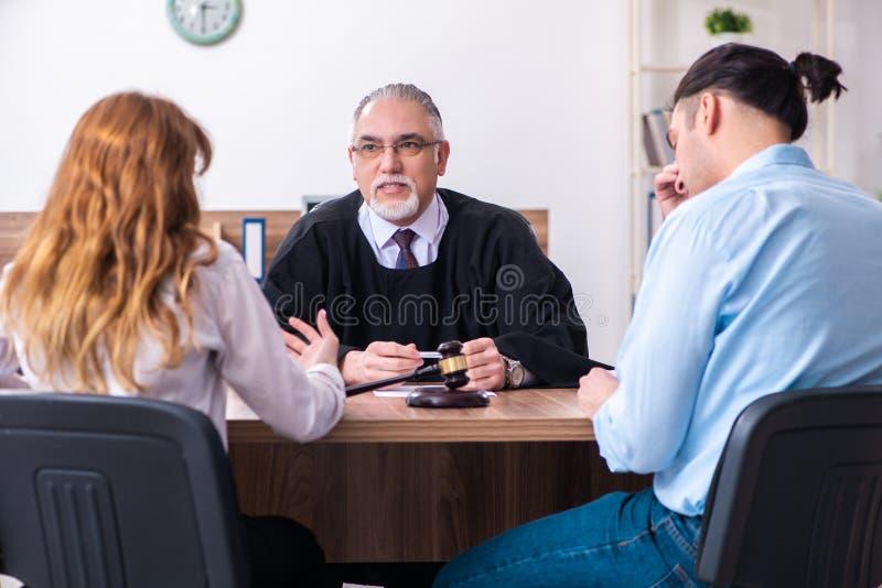 Jeunes couples dans le tribunal dans le concept de divorce photo libre de droits