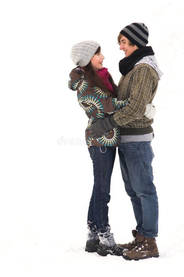 Jeunes couples dans le vêtement de l'hiver photo stock