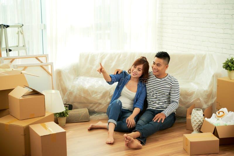 Jeunes couples dans leur nouvelle maison photo stock