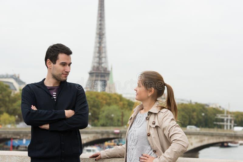 Jeunes couples dans parler de Paris image stock