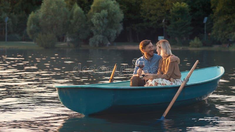 Jeunes couples dans un bateau images stock