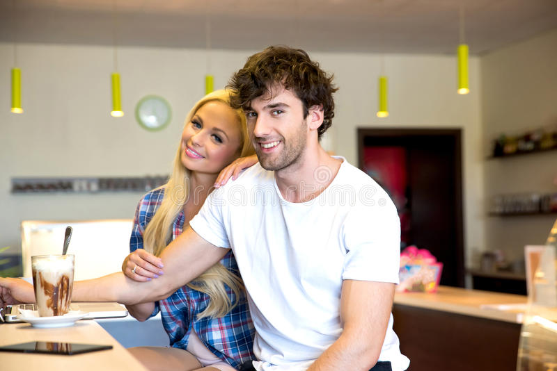 Jeunes couples dans un café images stock
