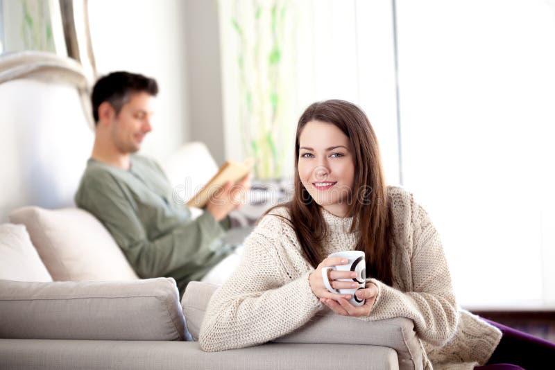 Jeunes couples dans un salon photographie stock