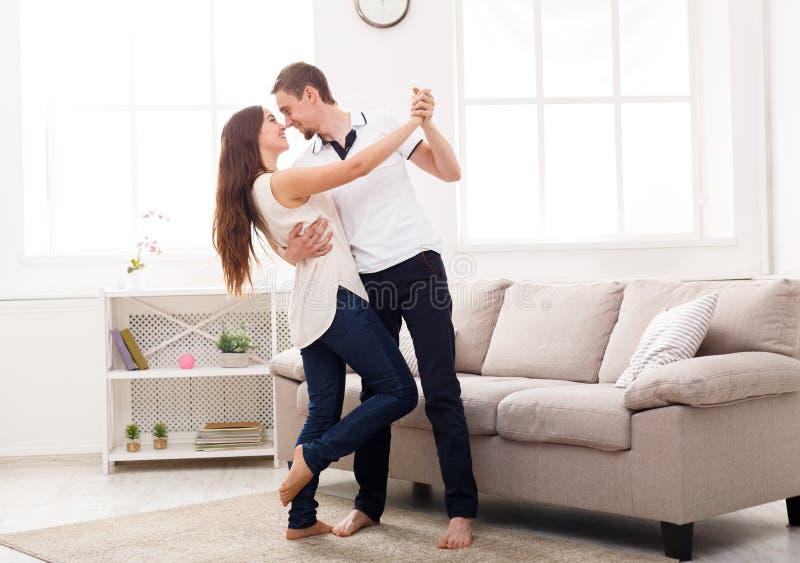 Jeunes couples dansant à la maison, l'espace de copie images stock