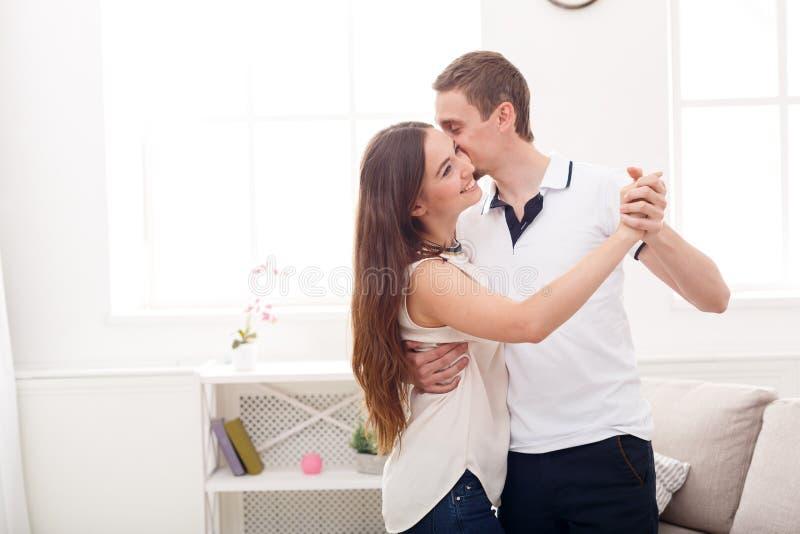 Jeunes couples dansant à la maison, l'espace de copie photo stock