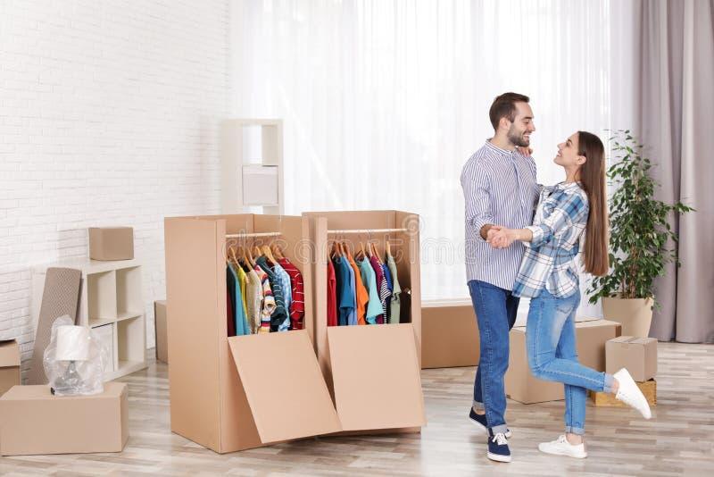 Jeunes couples dansant près des boîtes de garde-robe photographie stock libre de droits
